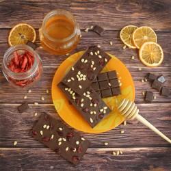 Молочный шоколад на меду с кедровым орехом и клюквой