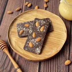Молочный шоколад на меду с миндалём