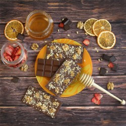 Молочный шоколад на меду с грецким орехом