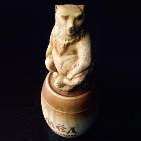 Бочонок с резным медведем на крышке, с мёдом